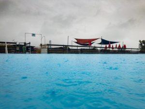 Schwimmbad bei Regen